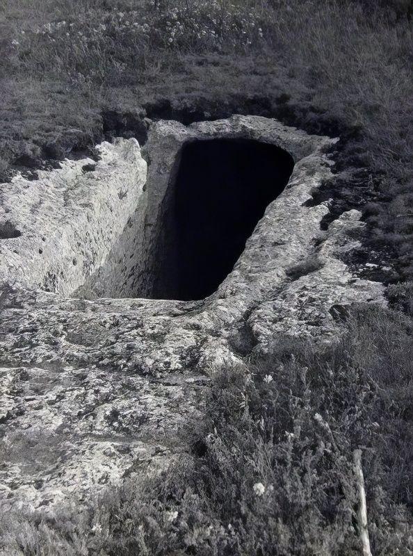 Мангуп. Вход в подвал пещерного комплекса №4.