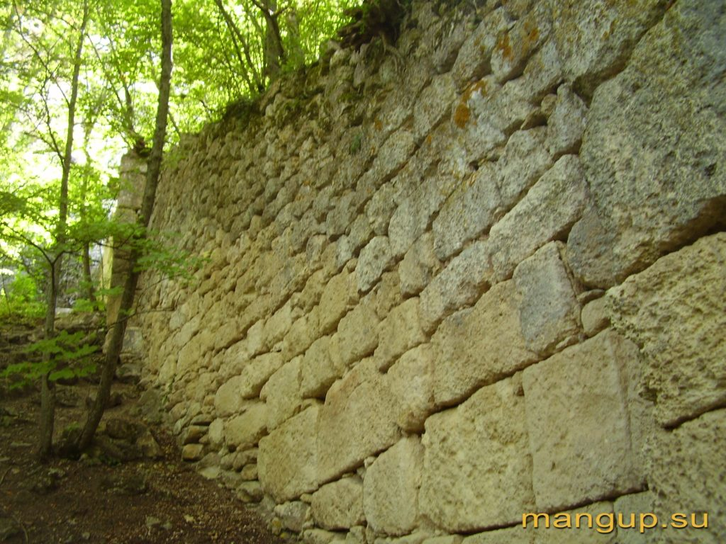 Мангуп. Башенный выступ передовой оборонительной стены в Табане-дере.