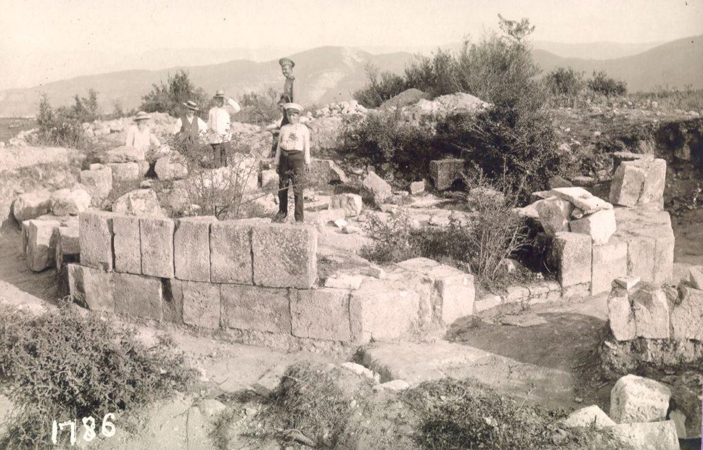 Мангуп. Октагональный храм, фото 1913 года.