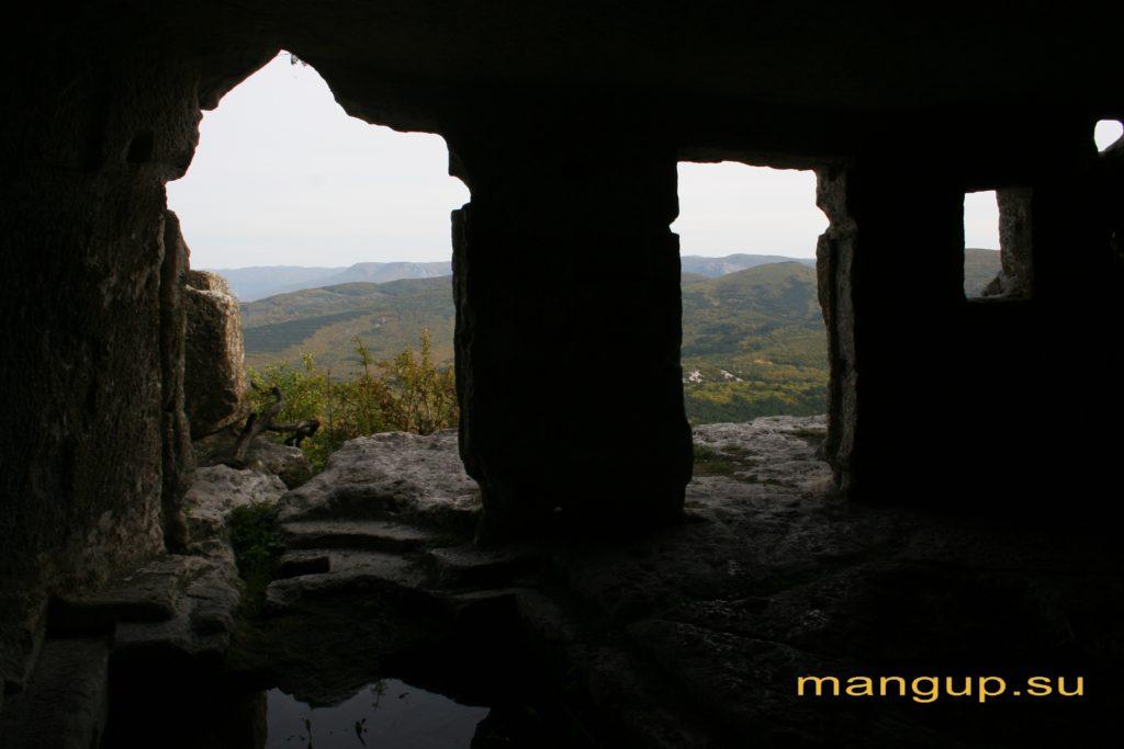 Мыс Тешкли-бурун. Пещера с часовней восточного пещерного комплекса.