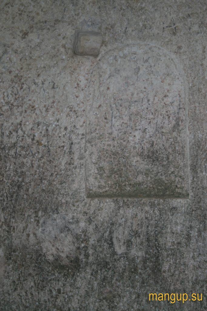Мыс Тешкли-бурун. Ниша в стене пещеры с часовней.