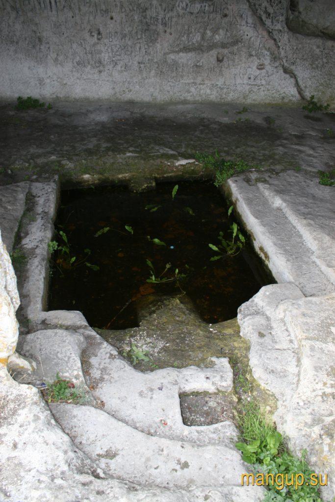 Мыс Тешкли-бурун. Часовня, превращенная в бассейн, вид со стороны алтаря.