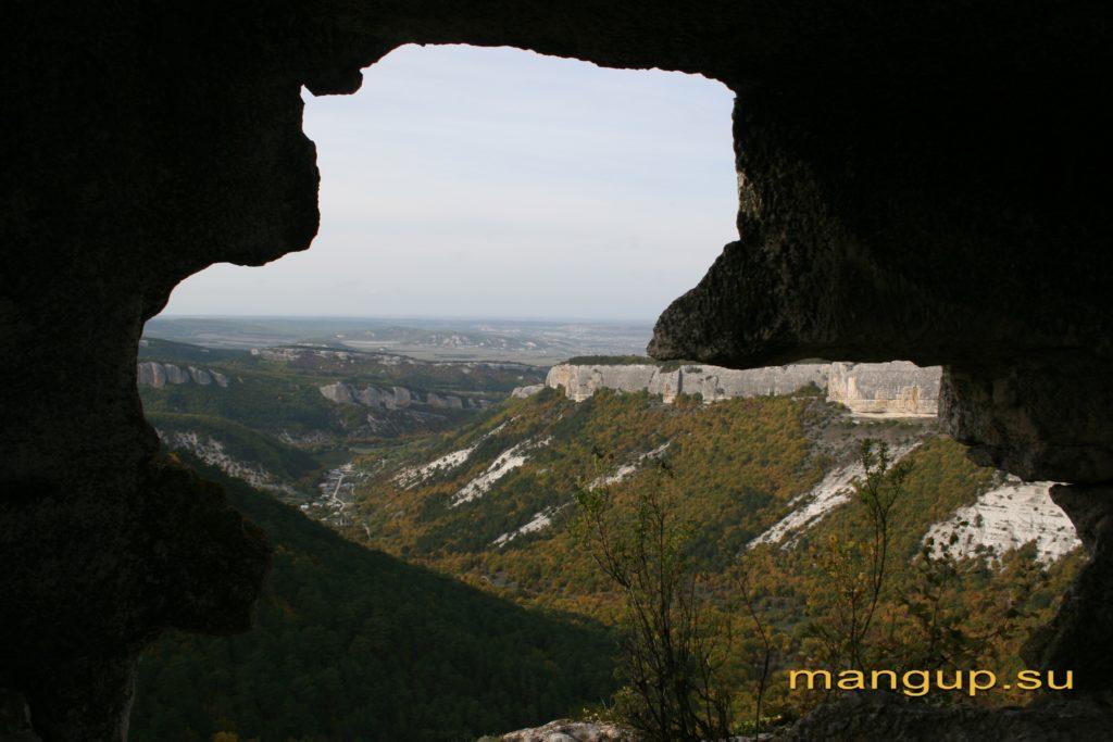 Мыс Тешкли-бурун. Вид на село Ходжа Сала из верхней пещеры дозорного комплекса.