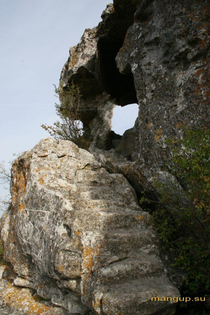 Вырубленная в скале лестница, ведущая к пещере Барабан-коба.