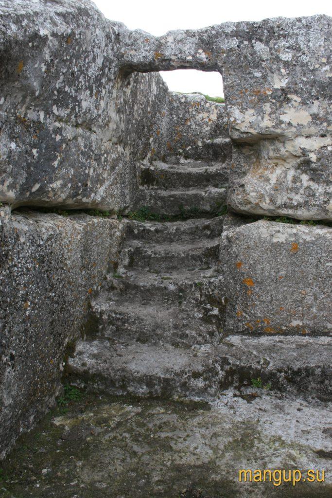 Мангуп. Вырубленная в скале лестница, спуск в «Гарнизонную церковь».