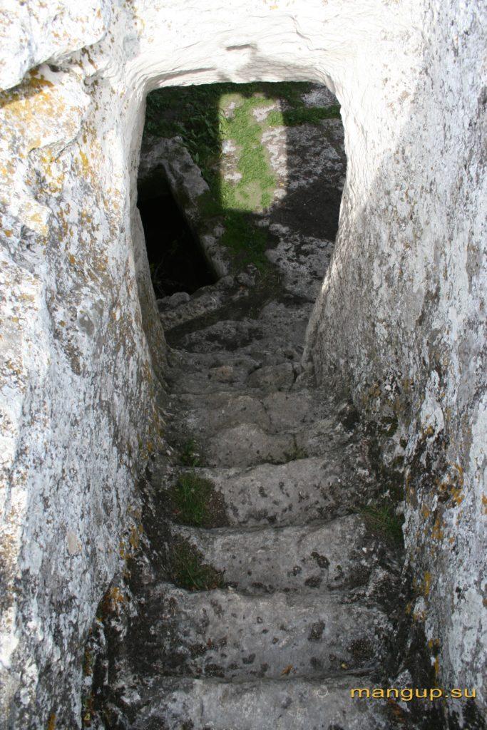 Мыс Тешкли-бурун. Каменная лестница, ведущая в пещеру с гробницей восточного пещерного комплекса.