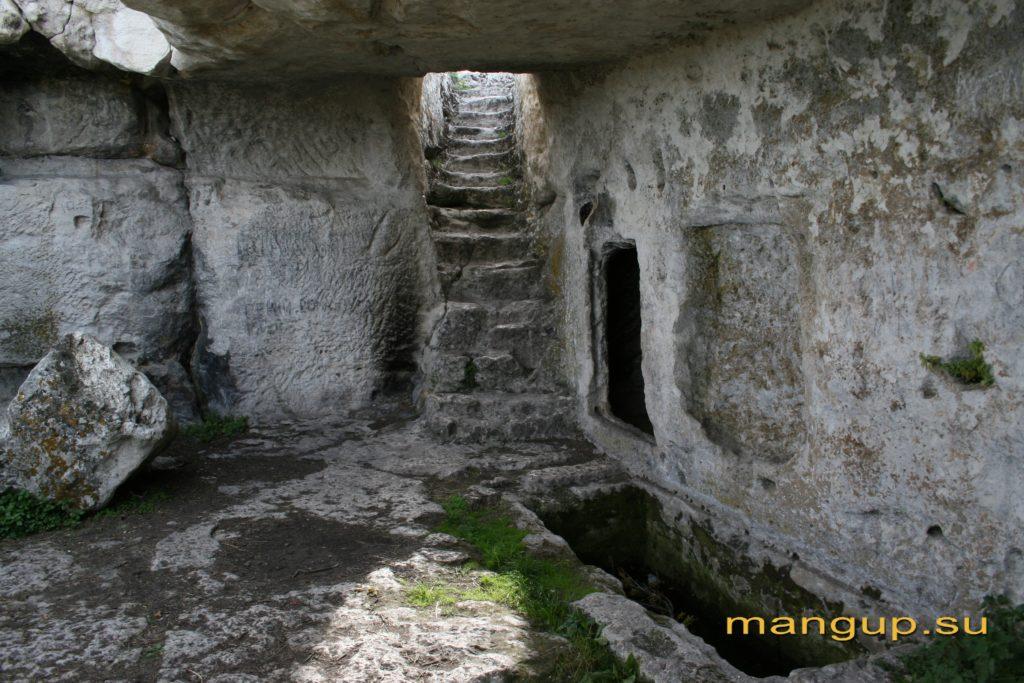 Мыс Тешкли-бурун. Пещера с гробницей восточного пещерного комплекса.