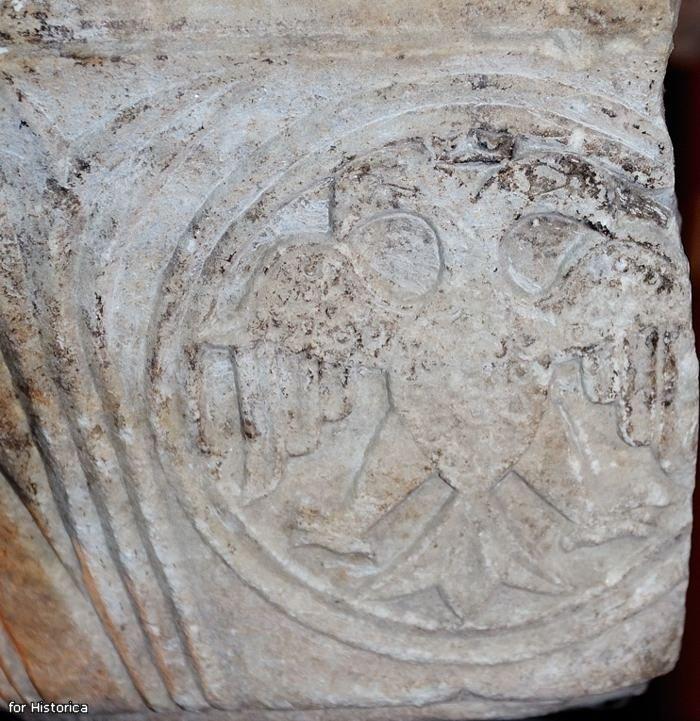 Фрагмент капители с двуглавым орлом из мечети Баязида в Константинополе.