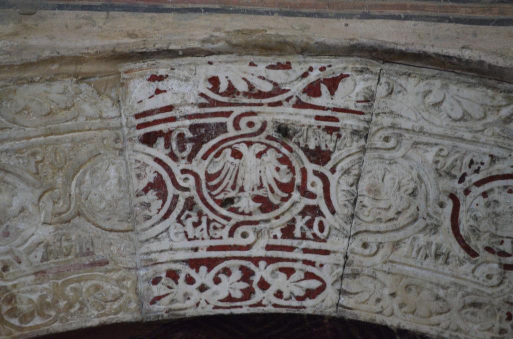 Рельеф с двуглавым орлом в церкви Парегоретиссы.