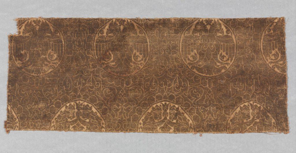 Фрагмент текстиля с двуглавыми орлами и противостоящими львами. Иран или Турция, 13 век.