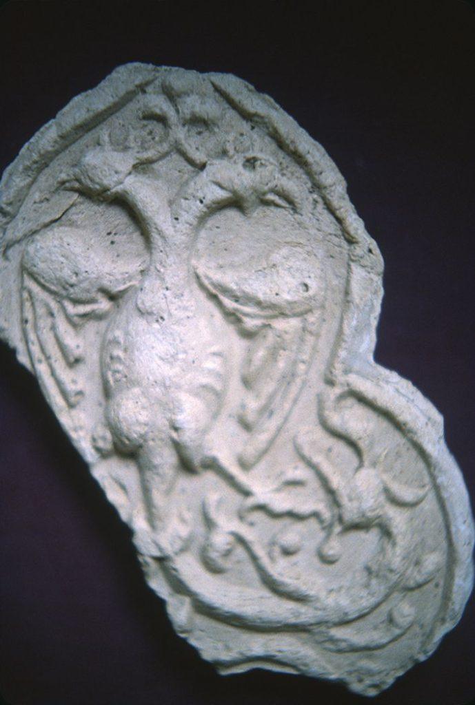 Гипсовая лепнина: фантастическая двуглавая птица с хвостом дракона.