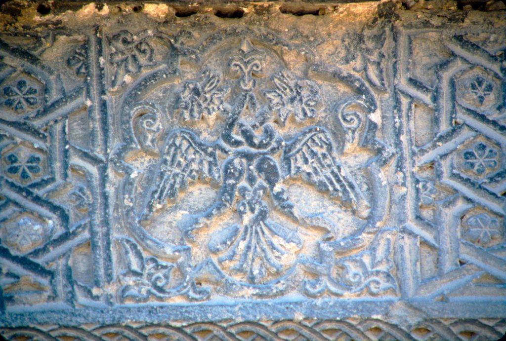 Двуглавый орел у северного входа Сунгур-бей-джами, Нидже. Первая половина XIV века.