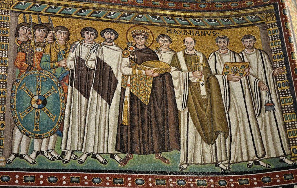 Император Юстиниан со свитой и священнослужителями.