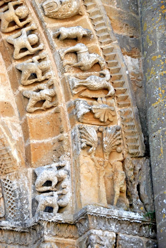 Часть архивольта храма Успения божьей матери в Vouvant.