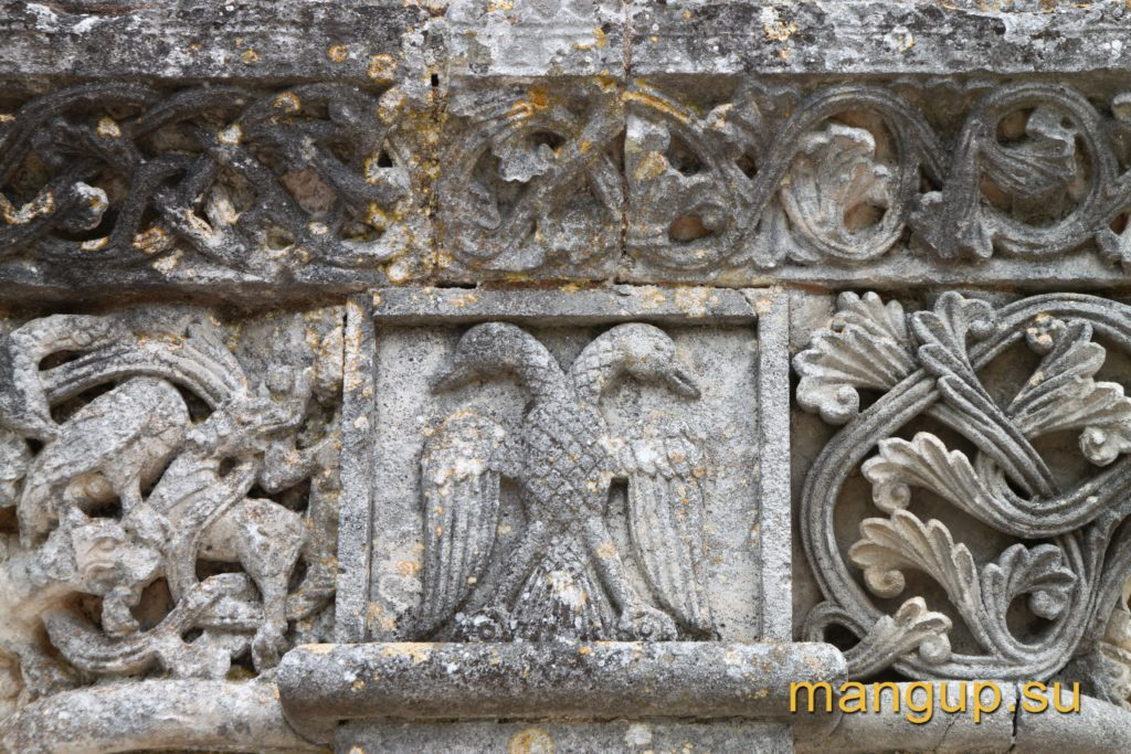 Фрагмент разного портала церкви св. Мартина в Gensac-la-Pallue.