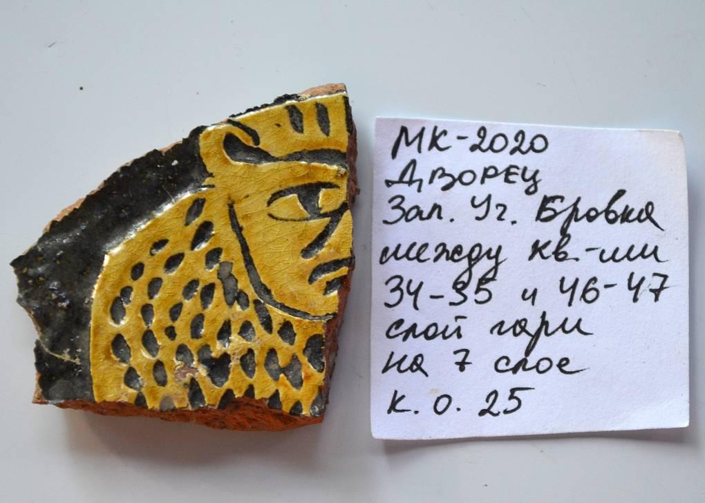 Мангуп. Раскопки княжеского дворца. Фрагмент сосуда с головой птицы сирин.
